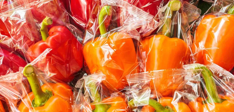 Viele in Plastik verpackte Paprika