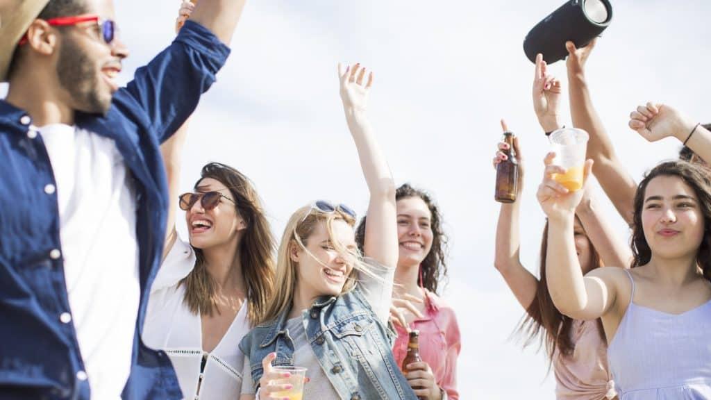 Junge Leute tanzen zum Sommerhit