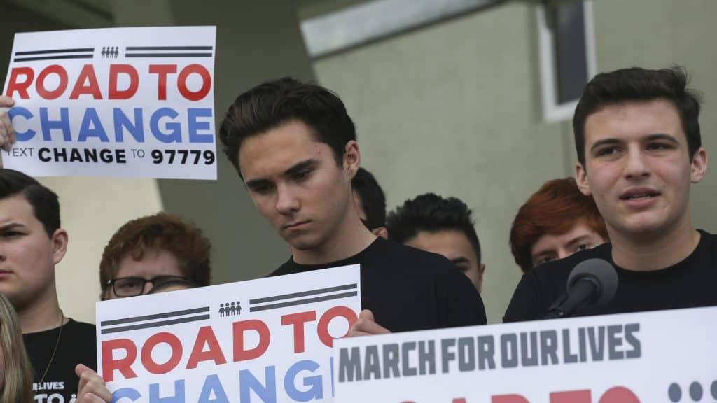 Jungen mit Plakaten in der Hand
