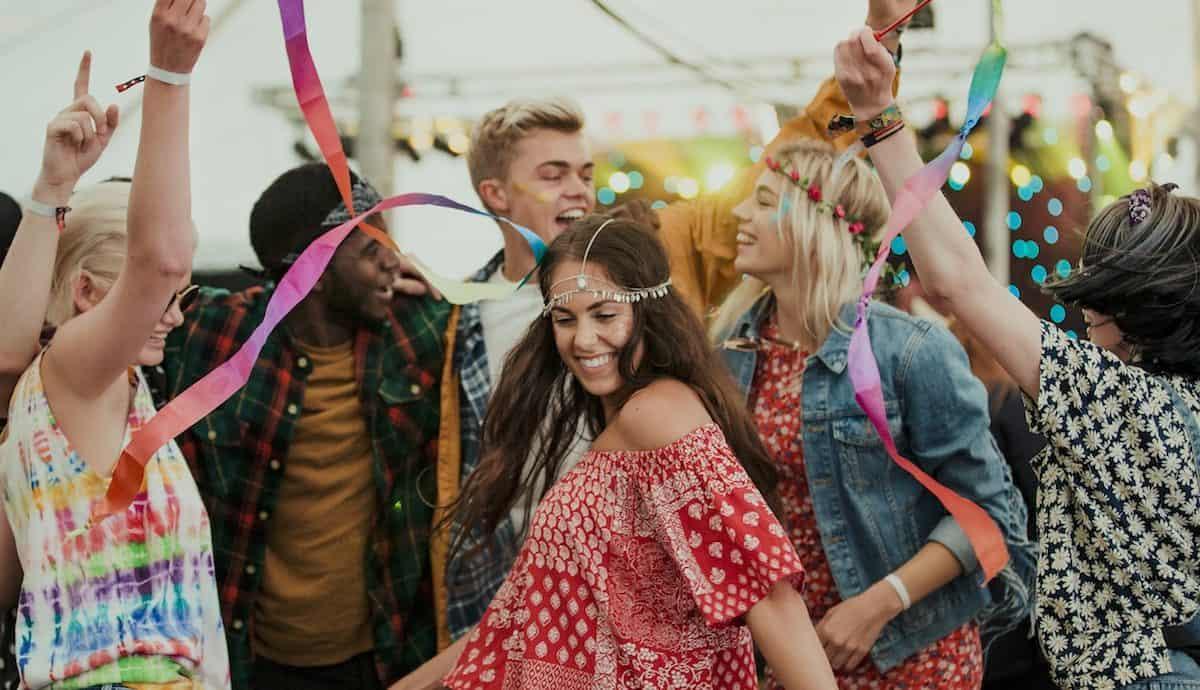 Tanzende Menschen im Sommer