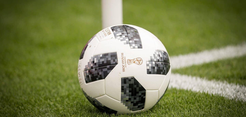 Der offizielle WM-Ball liegt an der Ecke