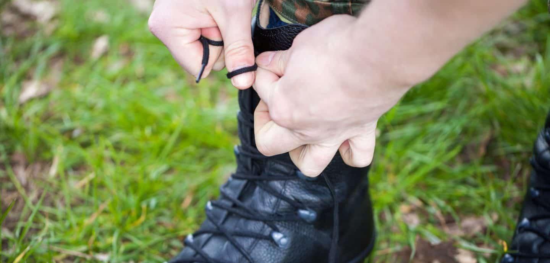 Ein Soldat bindet sich die Schuhe