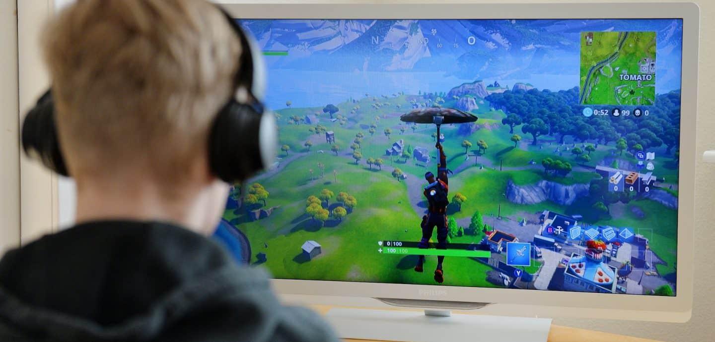Ein Junge spielt Fortnite