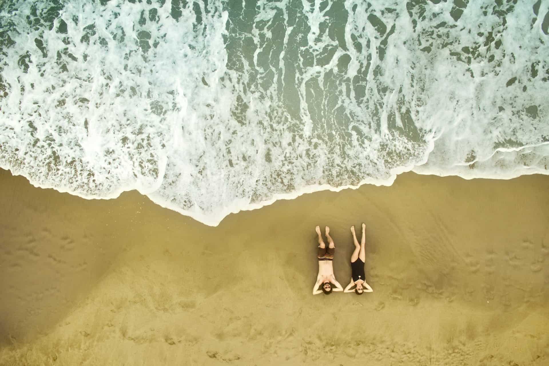 Luftaufnahme von einem Paar am Strand
