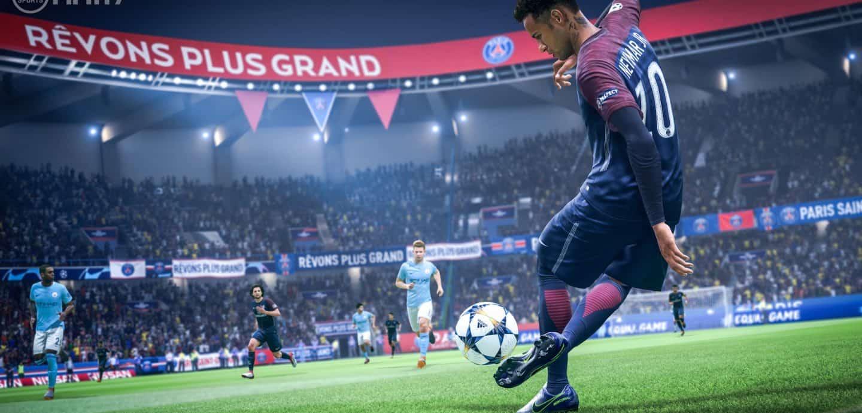Das Bild ist ein Screenshot des Computerspiels FIFA 19. Ein virtueller Neymar kickt einen Ball nahe der Außenlinie.
