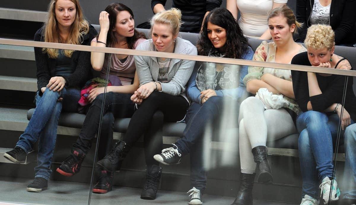 Junge Zuschauer im Plenarsaal des Bundestags