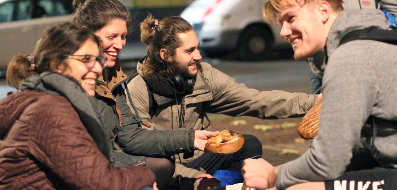 Junge Leute teilen Brot