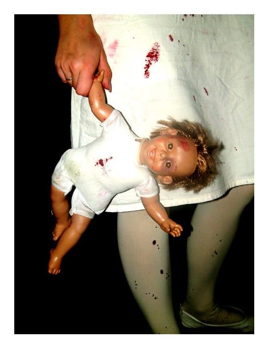 Puppe mit Blutfleck