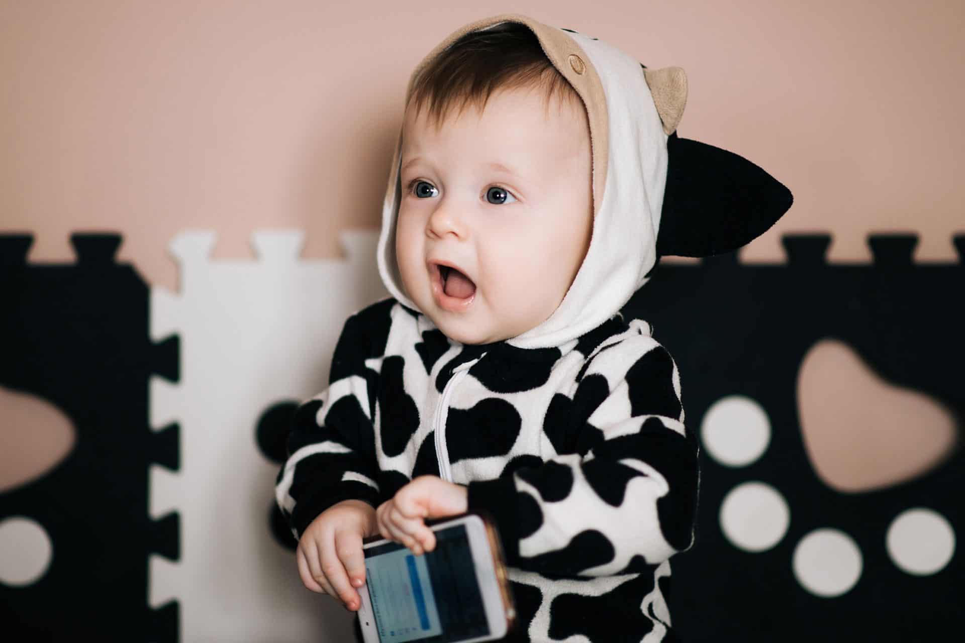 Ein Baby hält ein Handy in der Hand