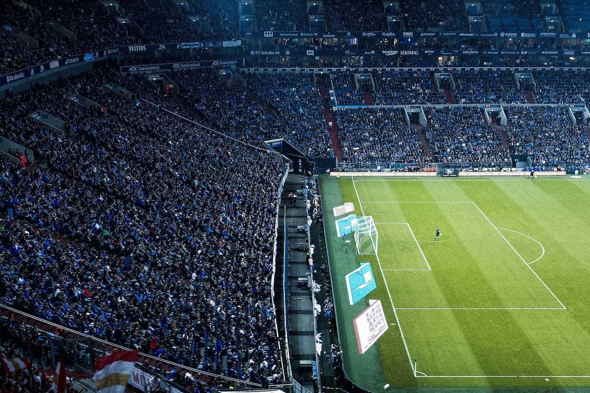 Fans im Fußballstadion Gelsenkirchen