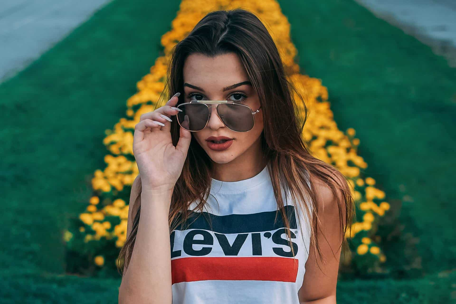 Frau in Levis Markenshirt