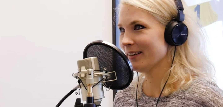 Louisa nimmt einen Podcast auf