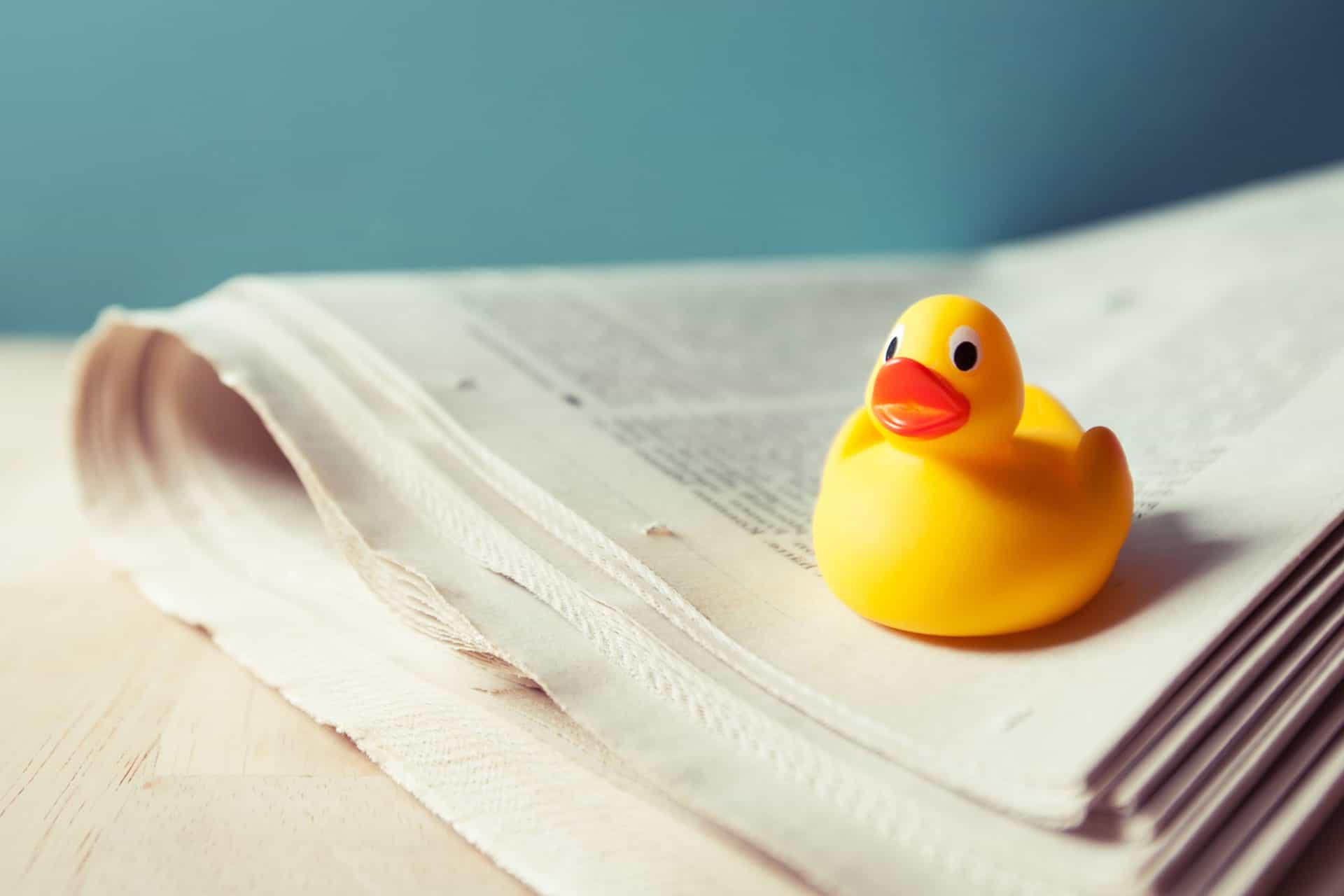 Gelbe Ente auf einer Zeitung