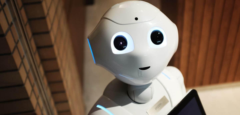 weisser Roboter schaut nach oben in die Kamera