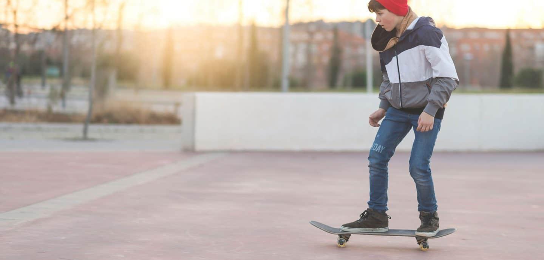 Ein Junge fährt Skateboard