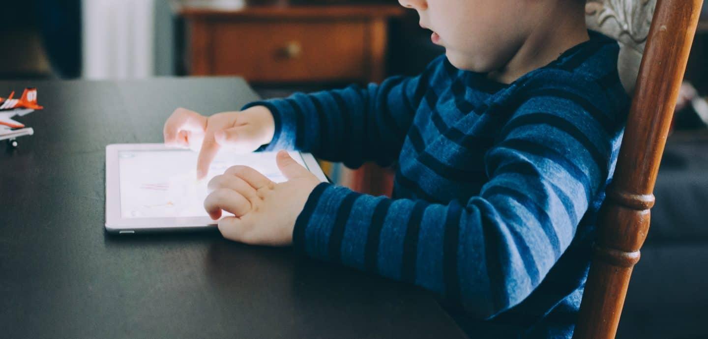kleines Kind spielt am Tablet