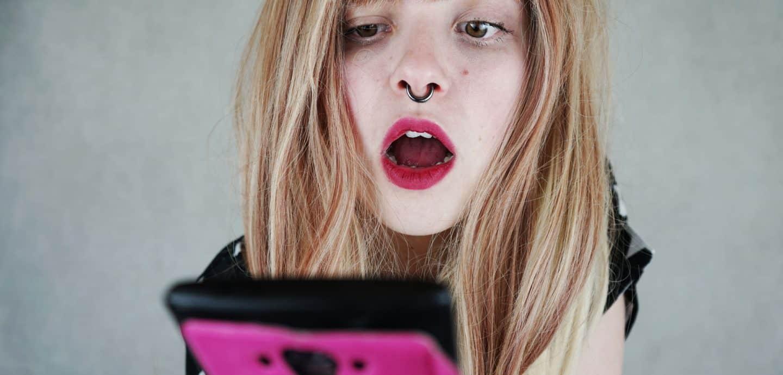 Mädchen nutzt Smartphone