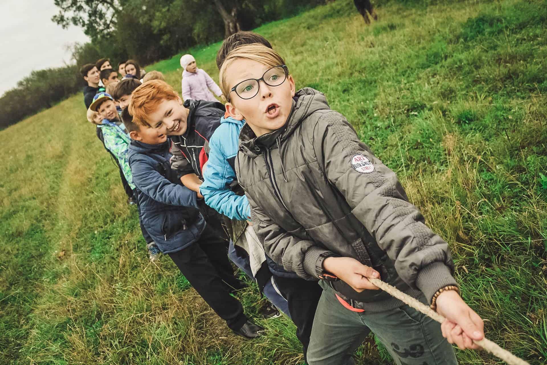 Kinder machen im Team Tauziehnen