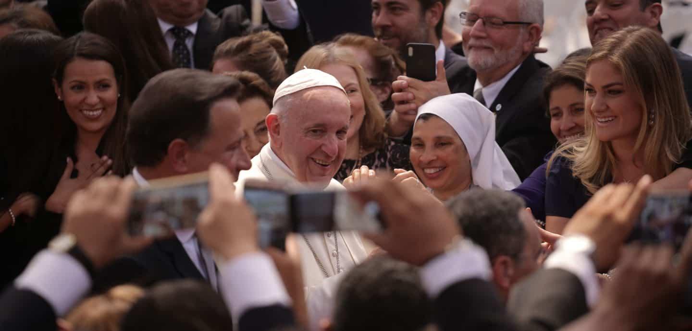 Der Papst in einer Menschenmenge