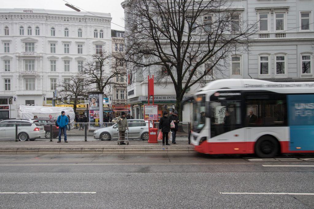 Bus vor einer Haltestelle in Hamburg (c) Lukas Thiele