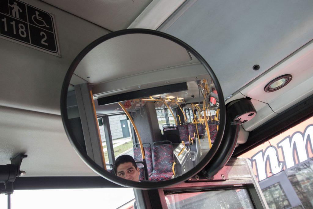 Busfahrer und sein Rückspiegel (c) Lukas Thiele