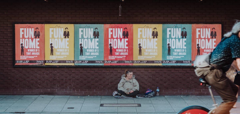 Obdachlose wuenschen sich oft ein nettes Gespraech statt Ignoranz (c) Unsplash