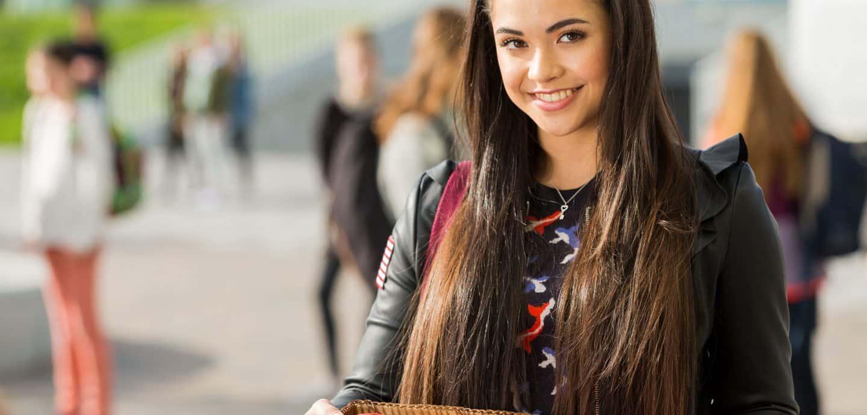 Selina Mour bringt in ihrer Rolle als Julia Möller Muffins mit in die Schule (c) Wessel de Groot Fotografie