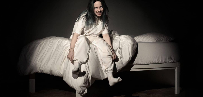 Billie Eilish sitzt auf einem Bett (c) Universal Music