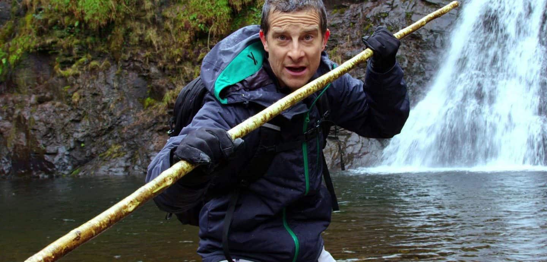 Bear Grylls paddelt an einem Wasserfall entlang (c) Netflix