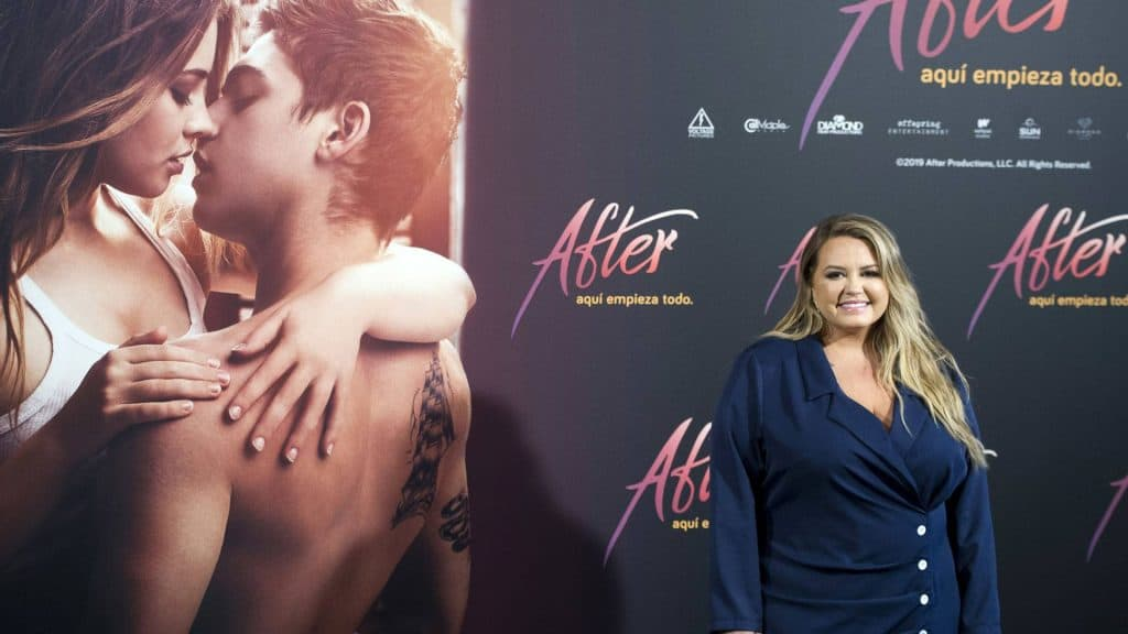 Anna Todd vor dem Filmplakat von After Passion (c) picture alliance / Geisler-Fotopress