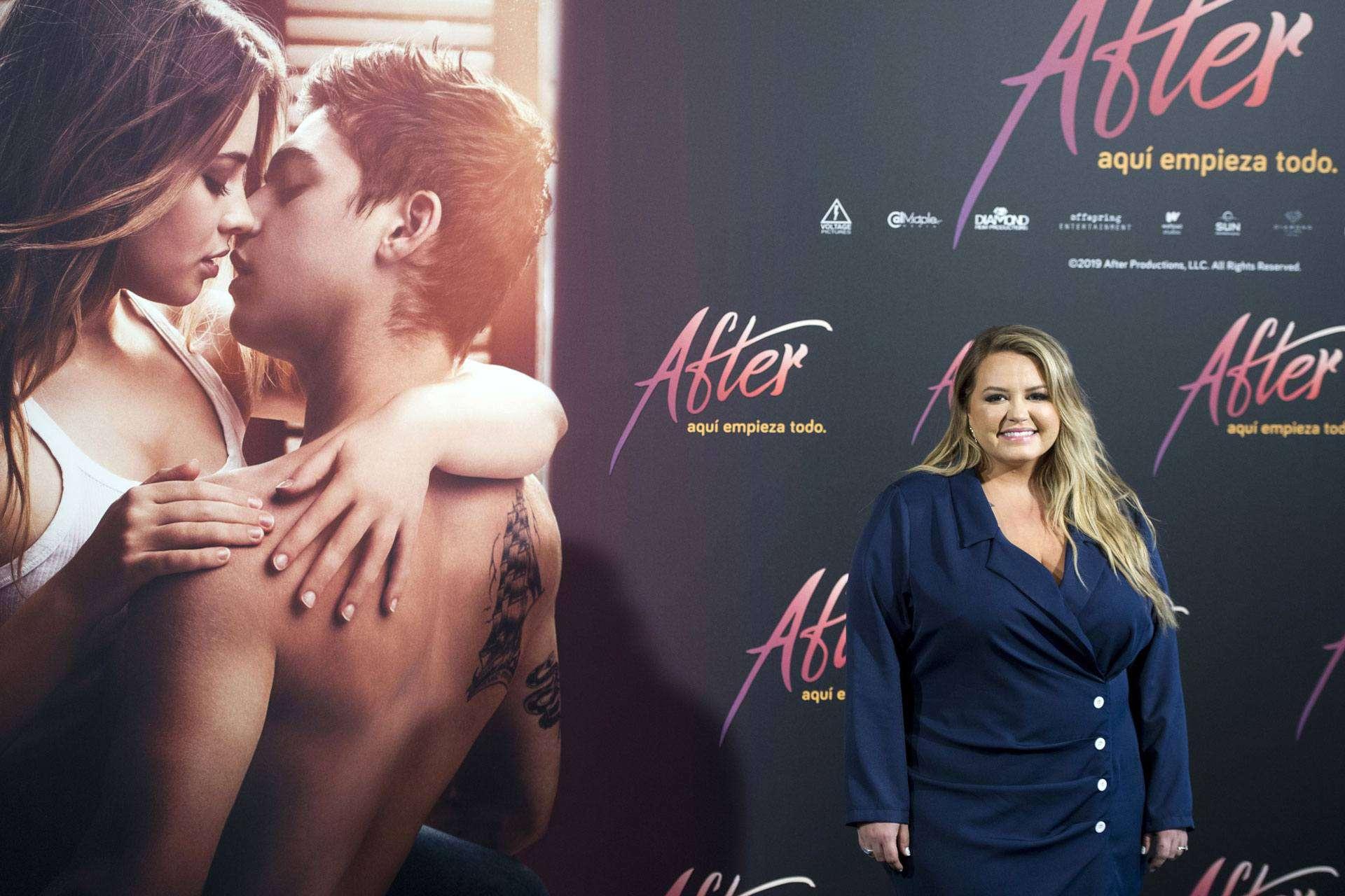 Anna Todd vor dem Filmplakat von After Passion (c) picture alliance / Geisler-Fotopress