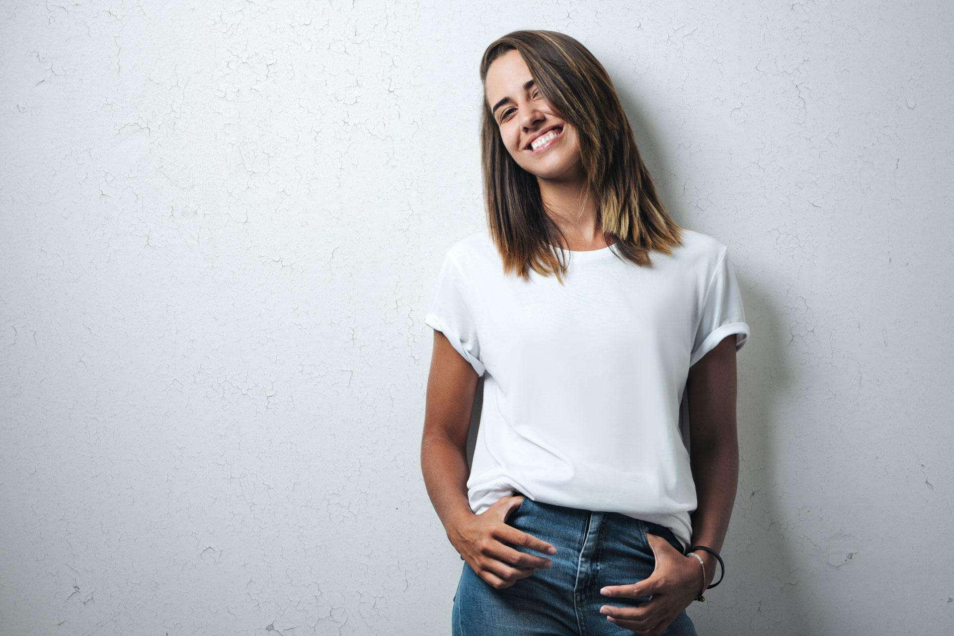 Frau in weißem T-Shirt und blauer Jeans