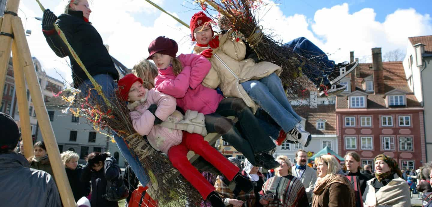 Schaukelnde Kinder an Ostern (c) Getty Images