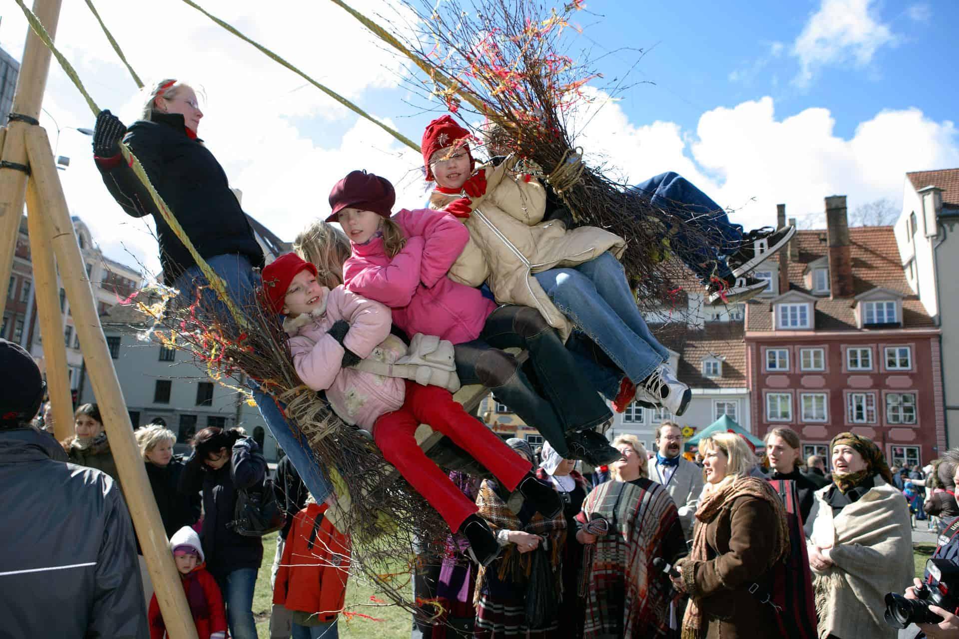 Schaukelnde Kinder an Ostern (c) Getty Images