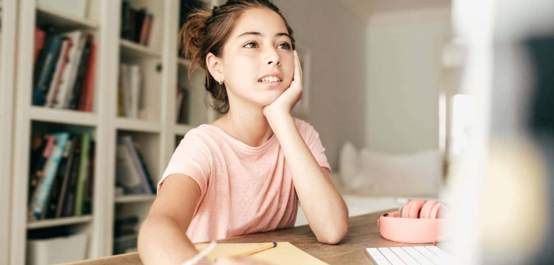 Eine Schülerin am Computer (c) Getty Images