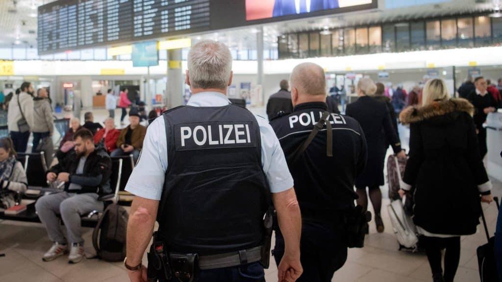 Polizeibeamten patrouillieren auf dem Flughafen