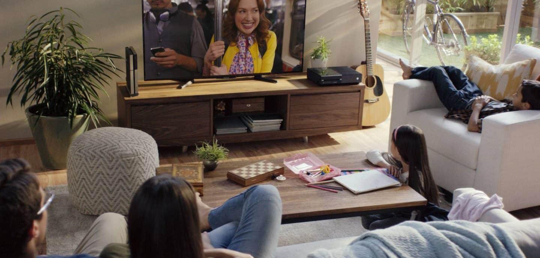 Familie sitzt vor dem Fernseher und schaut Netflix