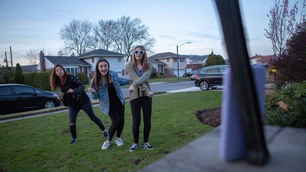 Jugendliche posieren vor der Handy-Kamera