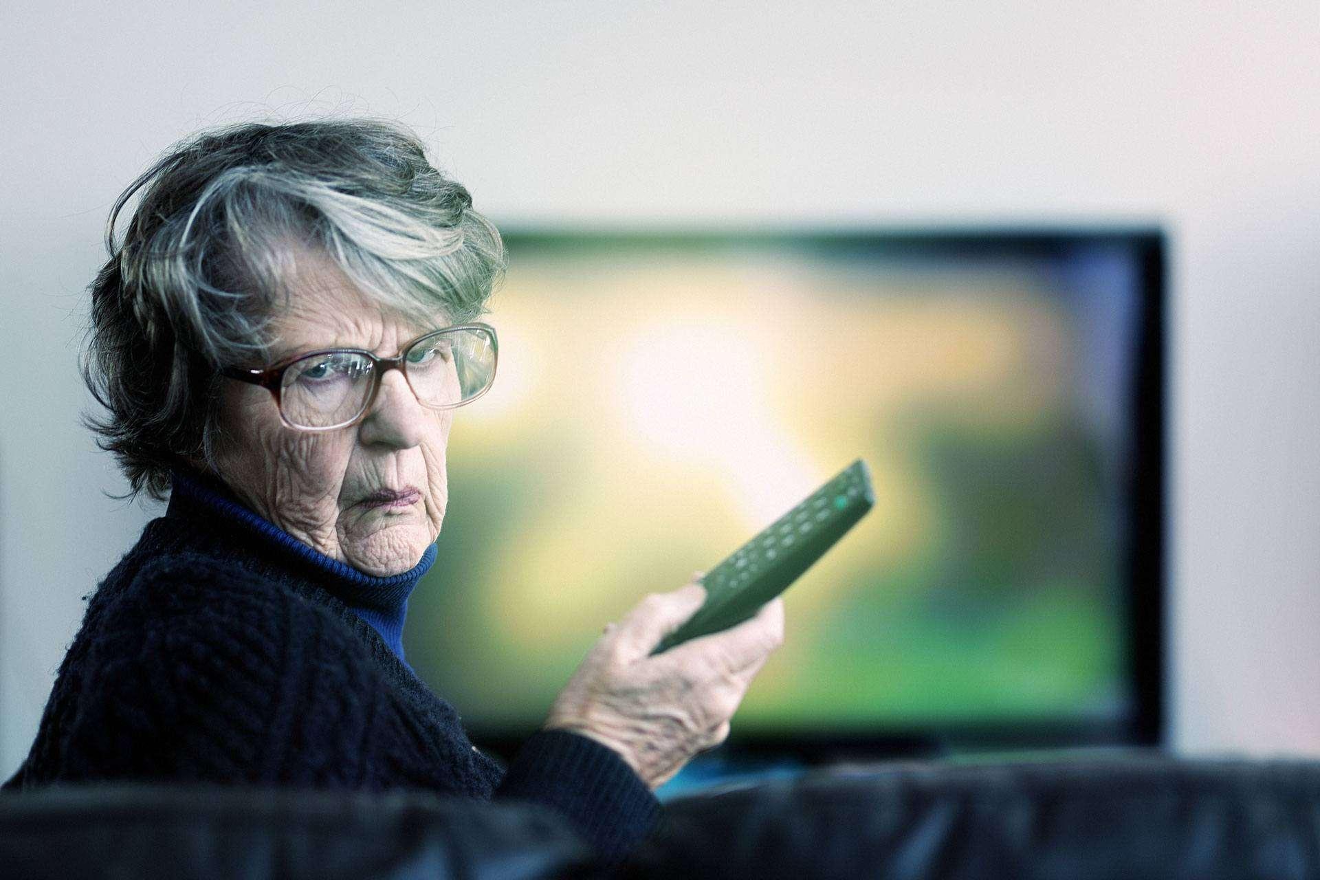 Eine ältere Dame schaut verwirrt (c) Getty Images