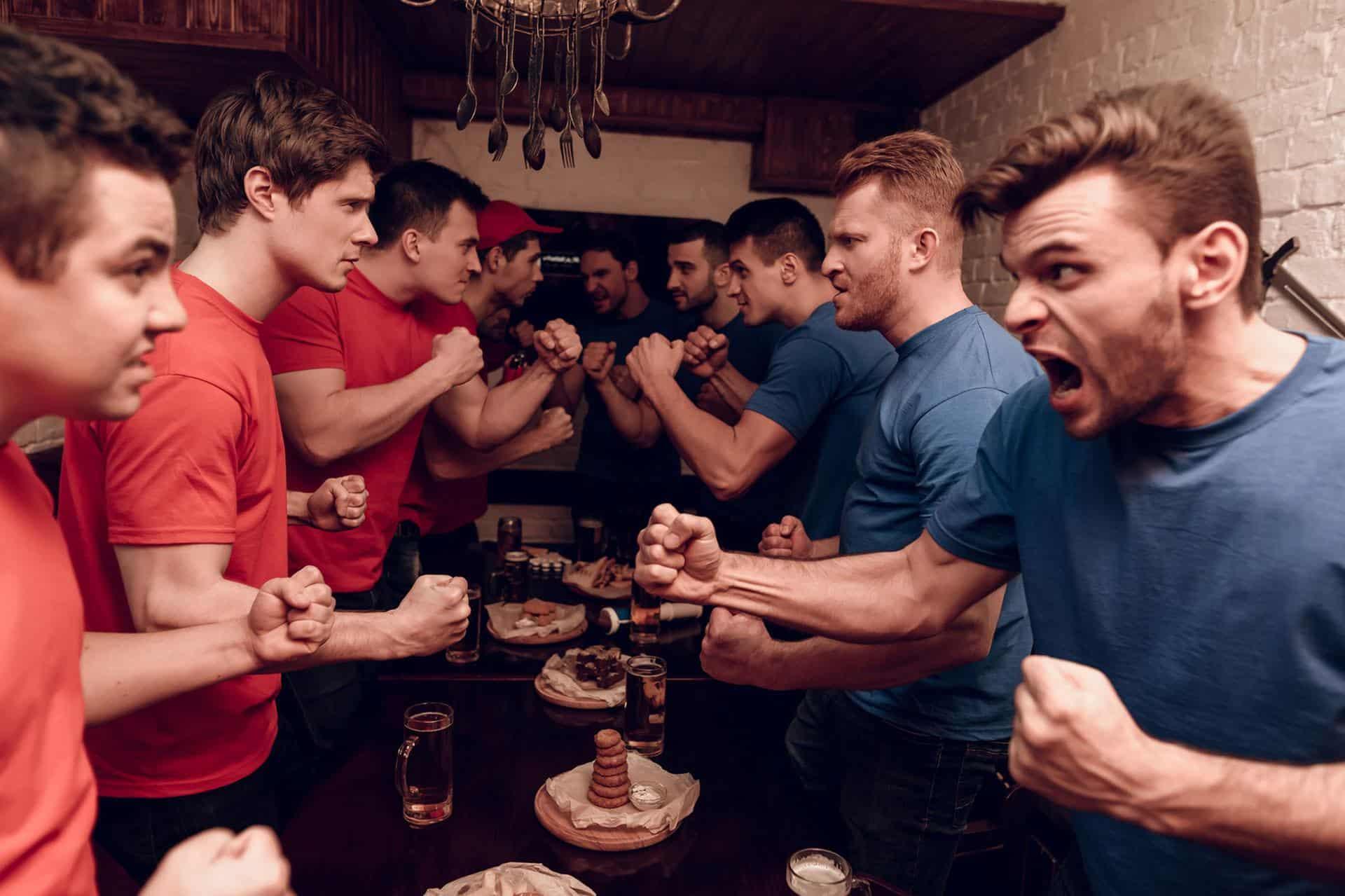 Männer stehen sich einer Bar kampfbereit gegenüber (c) freeograph/ stock.adobe.com