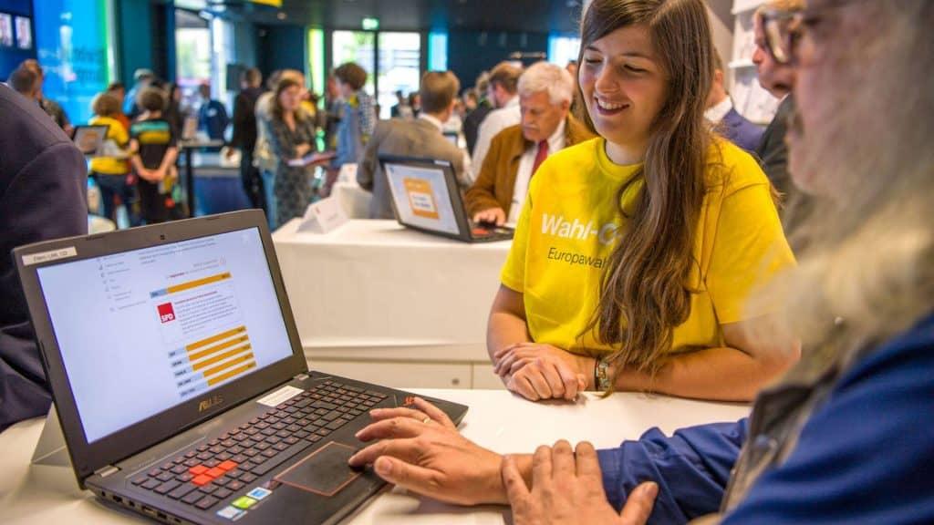 Menschen testen den Wahl-O-Mat zur Europawahl 2019