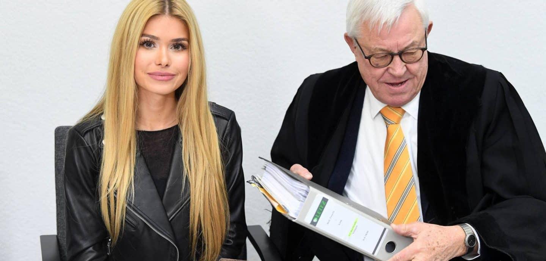 Instagramerin Pamela Reif mit ihrem Anwalt vor Gericht. Foto: picture alliance/ dpa
