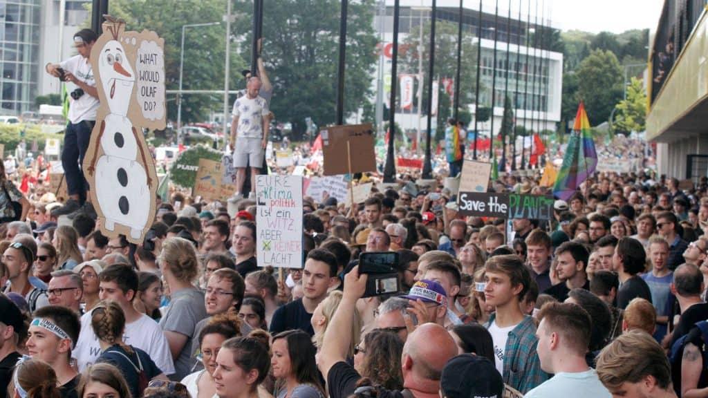 Viele junge Menschen demonstrieren in Aachen für mehr Klimaschutz (c) dpa