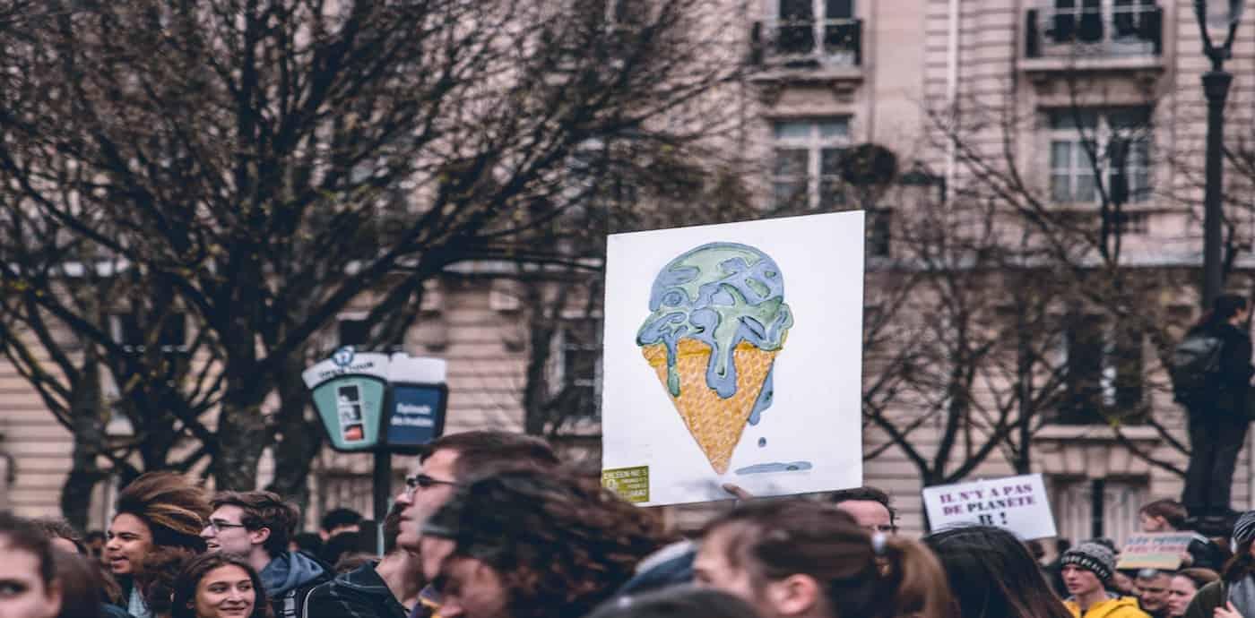 Ein Plakat mit schmelzender Erde auf einer Demo