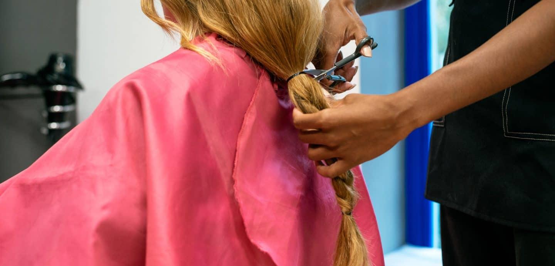 Eine Frau lässt sich die Haare schneiden (c) Getty Images