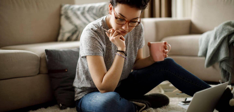 Junge Frau vor dem Laptop. Foto: Getty Images