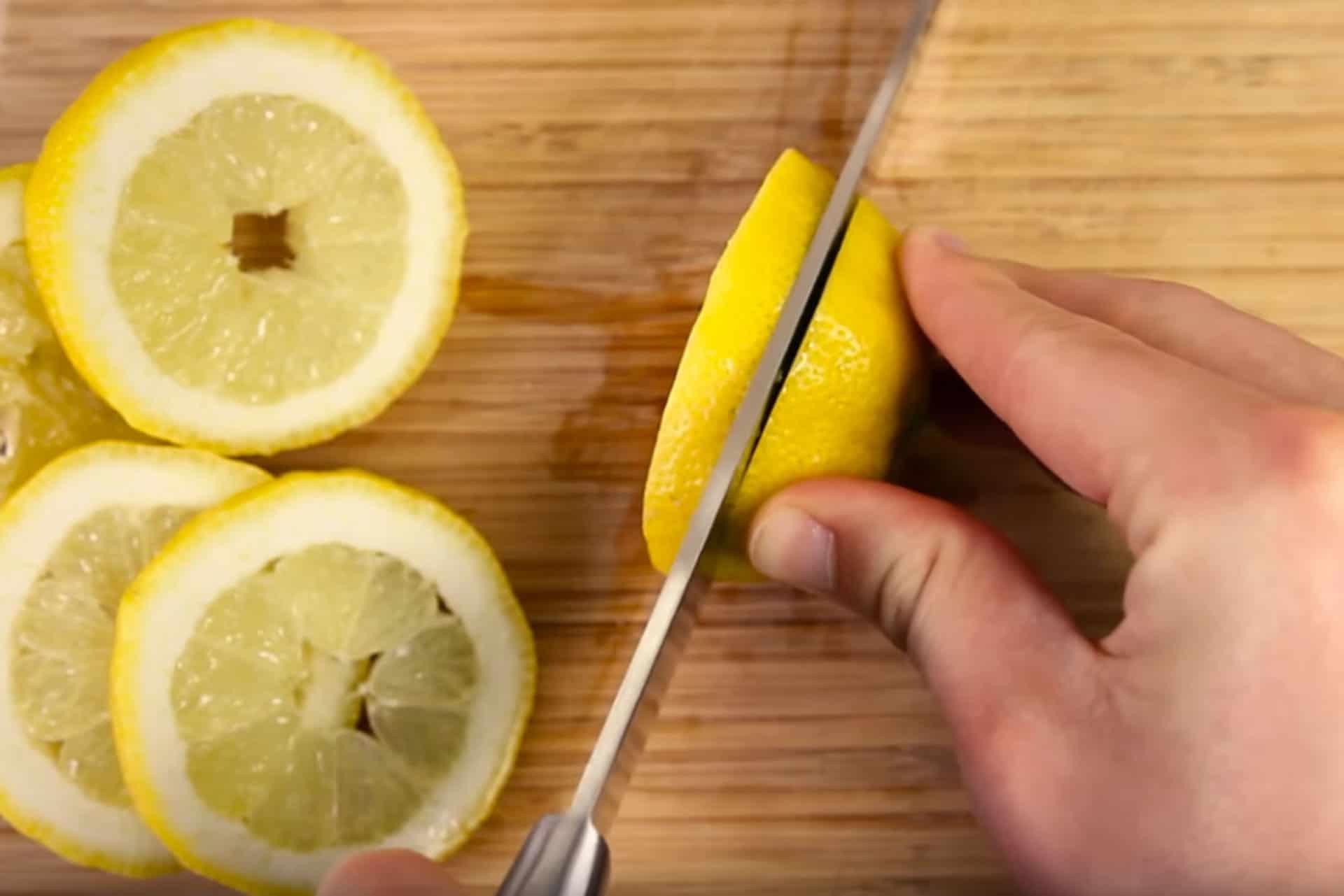 Jemand schneidet Zitronen in Scheiben
