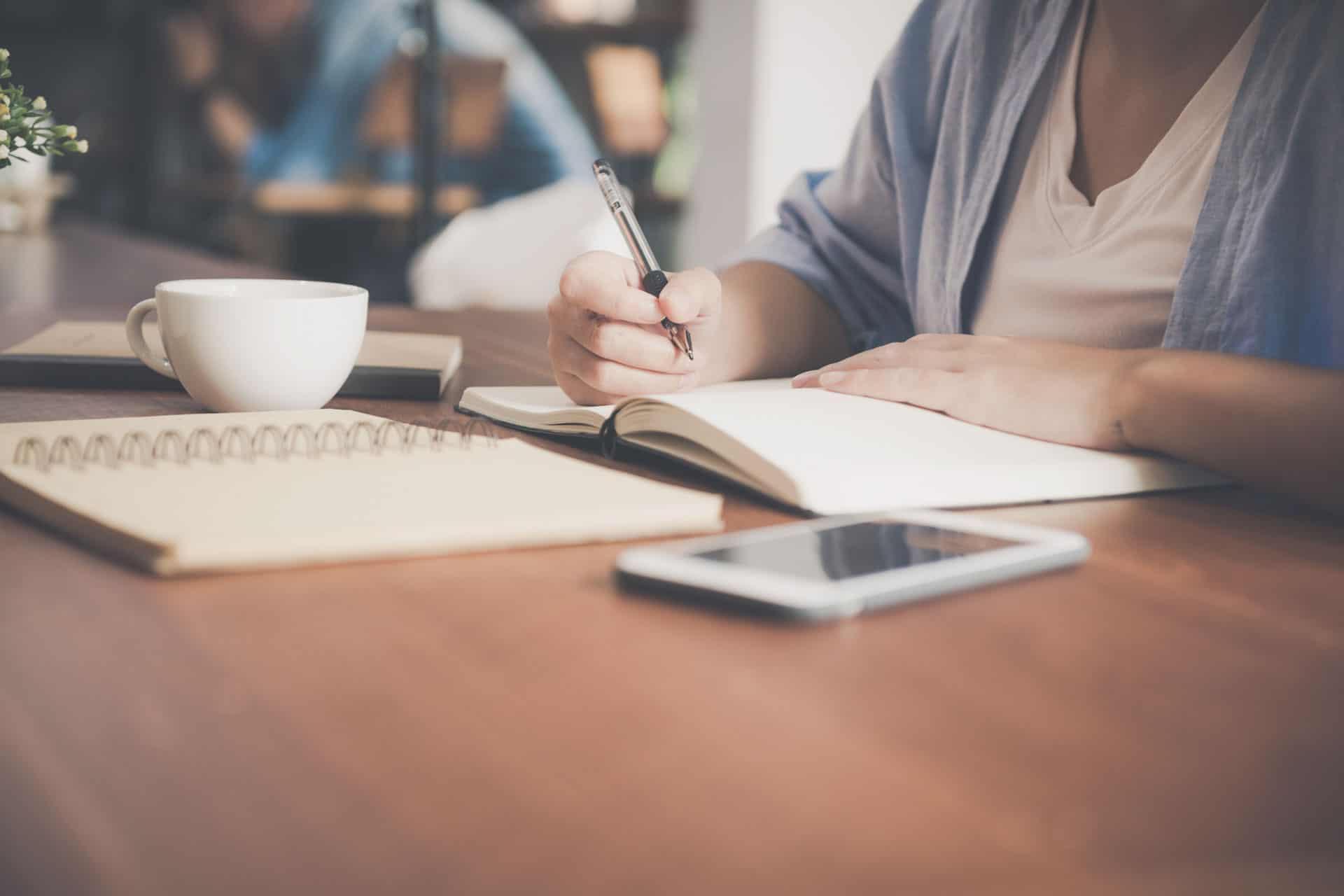 Schüler am Schreibtisch beim Lernen