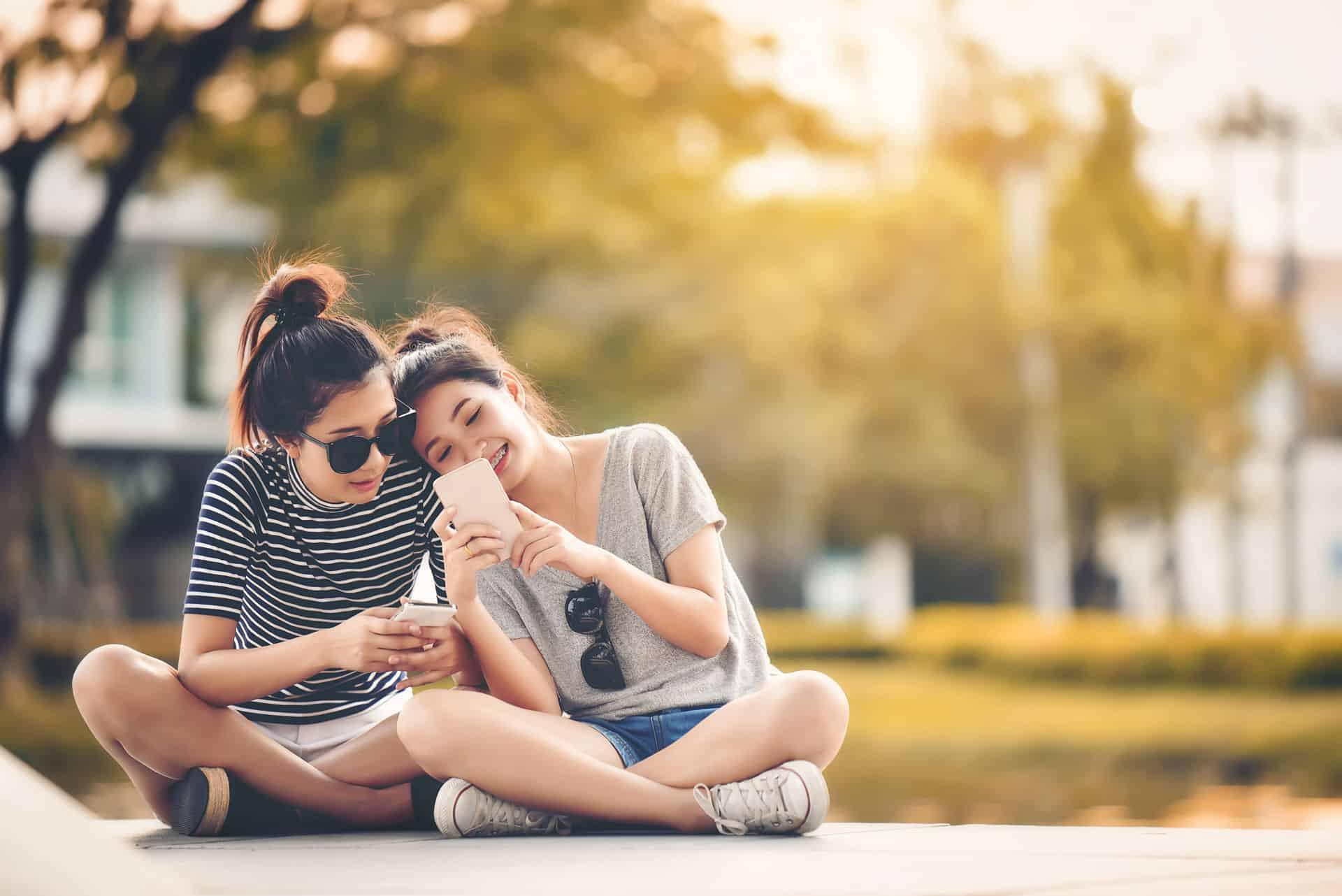 zwei Mädchen sitzen zusammen