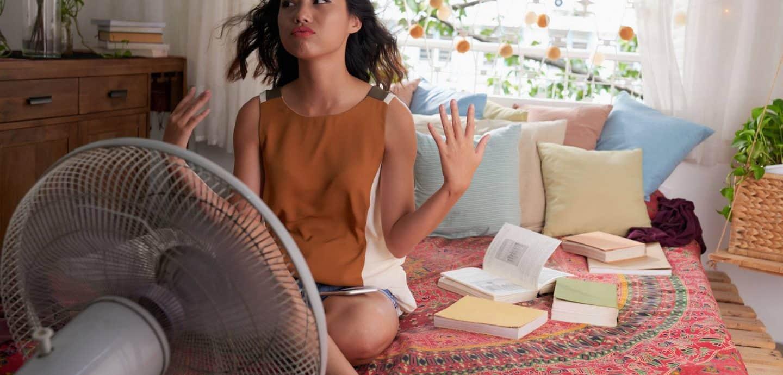 ein Mädchen sitzt vor einem Ventilator (c) Getty Images